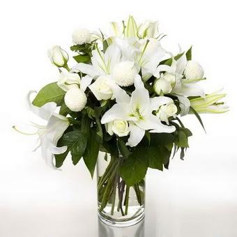 Bilecik çiçekçi çiçek gönderme sitemiz güvenlidir  1 dal cazablanca 7 adet beyaz gül vazosu