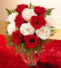Bilecik çiçekçi uluslararası çiçek gönderme  5 adet kirmizi 5 adet beyaz gül cam vazoda