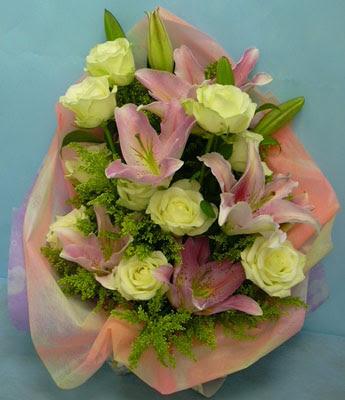 11 adet gül ve 2 adet kazablanka buketi  Bilecik çiçekçi internetten çiçek satışı