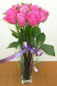 cam vazo içerisinde 11 adet gül  Bilecik çiçekçi internetten çiçek satışı