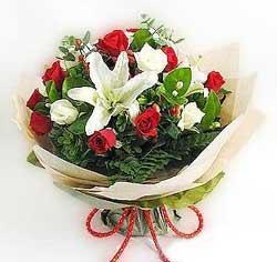 güller ve kazablanklardan görsel bir buket  Bilecik çiçekçi internetten çiçek satışı