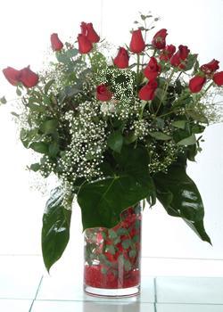 Bilecik çiçekçi güvenli kaliteli hızlı çiçek  11 adet kirmizi gül ve cam yada mika vazo tanzim