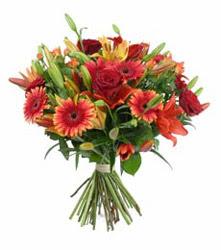 Bilecik çiçekçi çiçek gönderme  3 adet kirmizi gül ve karisik kir çiçekleri demeti