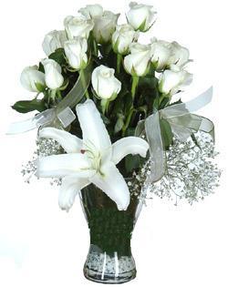 cam içerisinde 11 beyaz gül ve 1 kazablanka  Bilecik çiçekçi çiçek siparişi sitesi