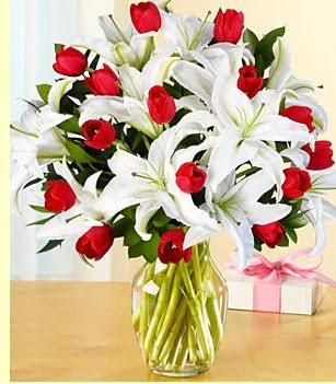 Bilecik çiçekçi çiçek siparişi sitesi  3 kazablanka 10 kırmızı gül vazosu