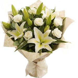 Bilecik çiçekçi anneler günü çiçek yolla  3 dal kazablanka ve 7 adet beyaz gül buketi