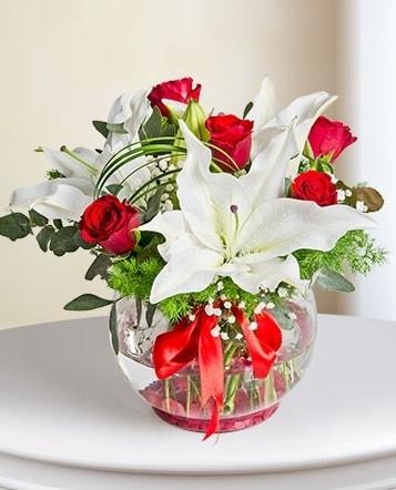 Fanus Vazoda 2 Lilyum ve 5 Gül Dansı  Bilecik çiçekçi çiçek gönderme