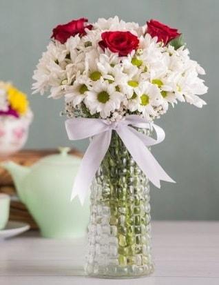 Papatya Ve Güllerin Uyumu camda  Bilecik çiçekçi çiçek gönderme sitemiz güvenlidir